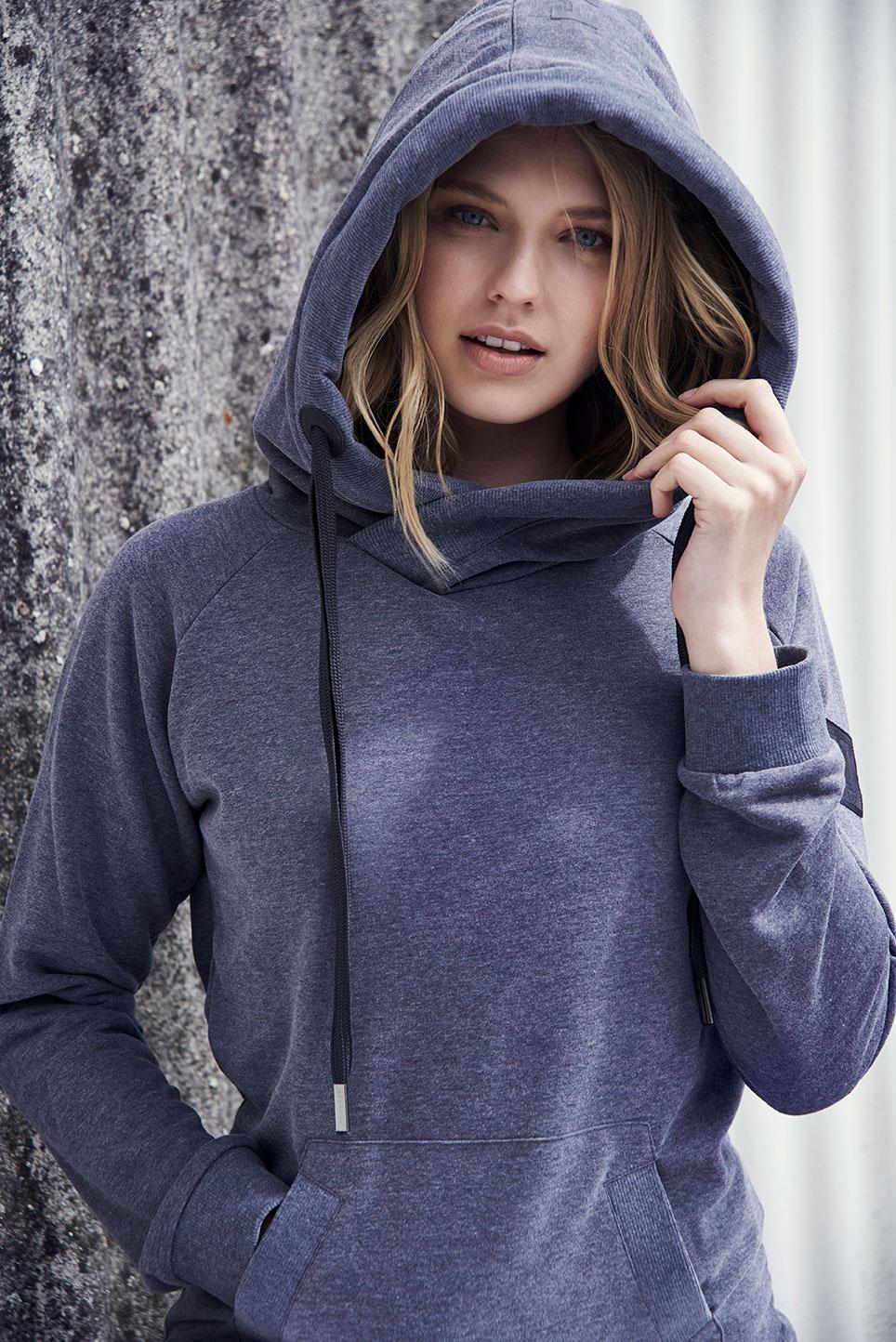 Elbsand HULDA – Kapuzensweatshirt in graublau melange und schmalem Schnitt. Schöne Rippdetails, Känguru-Tasche und lange Kordeln. Angenehm weiche Baumwollmischung.