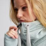Elbsand ASTA – Sweatjacke mit hohem Kragen in mint melange. Langer schmaler Schnitt. Schöne Rippdetails und lange Kordeln. Angenehm weiche Baumwollmischung.