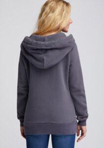Elbsand KRIA – graublaue Kapuzenjacke aus Sweatshirt Material in schmalem Schnitt und schönen Rippdetails in angenehm weicher Baumwolle. Tonaler Print, geprägtes Kunstlederbadge am Arm.