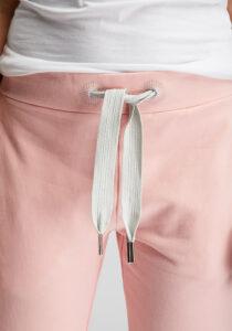 Elbsand BRINJA – Sweatpants in lachs leger geschnitten. Raffinierte Rippdetails, breite Kordeln und gestickte Ösen. Angenehm weiche Baumwolle mit Elastan.