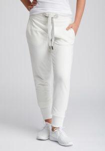 Elbsand SINDRE – weiße Sweatpants schmal geschnitten. Rippbündchen, aufgesetzte Taschen und breite Kordeln. Angenehm weiche Baumwollmischung.
