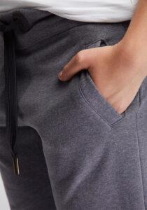 Elbsand SINDRE – Sweatpants in graublau melange schmal geschnitten. Rippbündchen, aufgesetzte Taschen und breite Kordeln. Angenehm weiche Baumwollmischung.