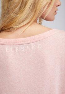 Elbsand DISA – Top in lachs mit weitem Rundhals-Ausschnitt. Langer oversized Schnitt mit breitem Rippbund. Angenehmer weicher Melange Baumwoll Jersey.