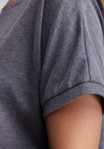 Elbsand DISA – graublaues Top mit weitem Rundhals-Ausschnitt. Langer oversized Schnitt mit breitem Rippbund. Angenehmer weicher Melange Baumwoll Jersey.