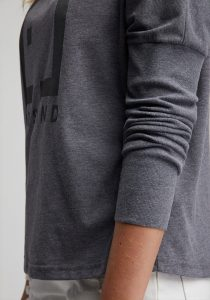 Elbsand INGRA – langarm T-Shirt in graublau mit großem tonalen Logoprint. Kastiger, legerer Schnitt, angenehm weiche Baumwollmischung.