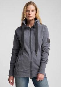 Elbsand ASTA – Sweatjacke mit hohem Kragen in grau. Langer schmaler Schnitt. Schöne Rippdetails und lange Kordeln. Angenehm weiche Baumwollmischung.
