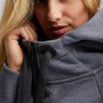 Elbsand THYRA – Hoodiejacke mit hohem Kragen in graublau melange. Kastiger oversize Schnitt. Schöne Rippdetails und lange Kordeln. Tonaler Print und Badge. Angenehm weiche Baumwollmischung.