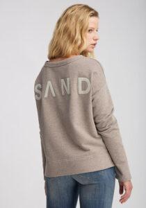 Elbsand ALRUN – Sweatshirt in beige mit Schlitzen in legerem Schnitt. Überschnittene Schultern, breiter Saum, kuschelig angeraut, aufgestickte Applikation.