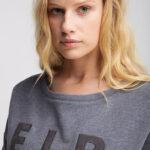 Elbsand ALRUN – Sweatshirt in grau mit Schlitzen in legerem Schnitt. Überschnittene Schultern, breiter Saum, kuschelig angeraut, aufgestickte Applikation.