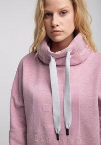 Elbsand ARNDIS – Sweatshirt in rosa mit hohem Kragen in legerem Schnitt. Raffinierte Rippdetails, lange Kordeln und trendiger Chenille Logostick. Angenehm weiche Baumwolle.