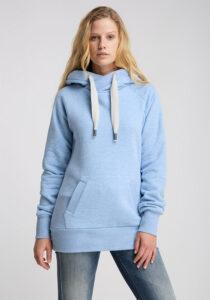 Elbsand HULDA – Kapuzensweatshirt in hellblau melange und schmalem Schnitt. Schöne Rippdetails, Känguru-Tasche und lange Kordeln. Tonaler Print und Badge. Angenehm weiche Baumwollmischung.