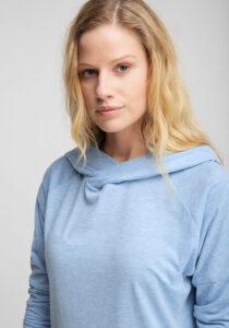 Elbsand LIF – langarm T-Shirt mit Kapuze in hellblau mit breiten Rippbündchen. Legerer Schnitt, tonaler Logoprint und angenehm weiche Baumwollmischung.