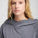 Elbsand LIF – langarm T-Shirt mit Kapuze in grau mit breiten Rippbündchen. Legerer Schnitt, tonaler Logoprint und angenehm weiche Baumwollmischung.