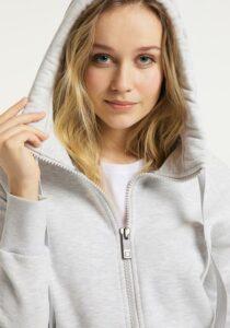 Elbsand KRIA – Kapuzenjacke in weiß aus Sweatshirt Material in schmalen Schnitt und schönen Rippdetails in angenehm weiche Baumwolle. Tonaler Print, geprägtes Kunstlederbadge am Arm.