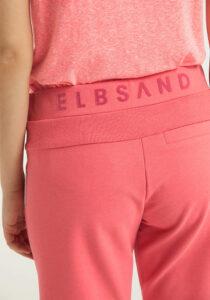 Elbsand BRINJANA – korall farbene Sweat Bermuda leger geschnitten. Raffinierte Rippdetails, breite Kordeln und kleiner Aufschlag. Angenehm weiche Baumwolle mit Elasthan.