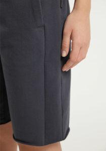 Elbsand BRINJANA – anthrazit farbene Sweat Bermuda leger geschnitten. Raffinierte Rippdetails, breite Kordeln und kleiner Aufschlag. Angenehm weiche Baumwolle mit Elasthan.