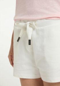 Elbsand MELROS– Sweat Shorts in weiß, locker geschnitten. Rippdetails an den Eingrifftaschen, aufgesetzte Taschen und breite Kordeln. Angenehm weiche Baumwolle mit Elasthan.