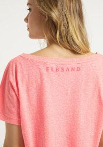 Elbsand DISA – Top in koralle mit weitem Rundhals-Ausschnitt. Langer oversized Schnitt mit breitem Rippbund. Angenehmer weicher Melange Baumwoll jersey.