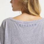 Elbsand DISA – Top in flieder mit weitem Rundhals-Ausschnitt. Langer oversized Schnitt mit breitem Rippbund. Angenehmer weicher Melange Baumwoll jersey.