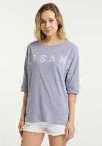 Elbsand IDUNA – T-Shirt in flieder mit ¾ Arm. Grosser leicht transparenter Logoprint. Oversize Schnitt, angenehm weiche Baumwollmischung.