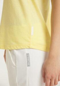 Elbsand LIANA – gelbes Tank Top, lockerer Schnitt mit Rollsäumen, Rippdetails und kleinem Logo flock auf der Brust. Angenehm weiche Baumwollmischung in Mounlineoptik.