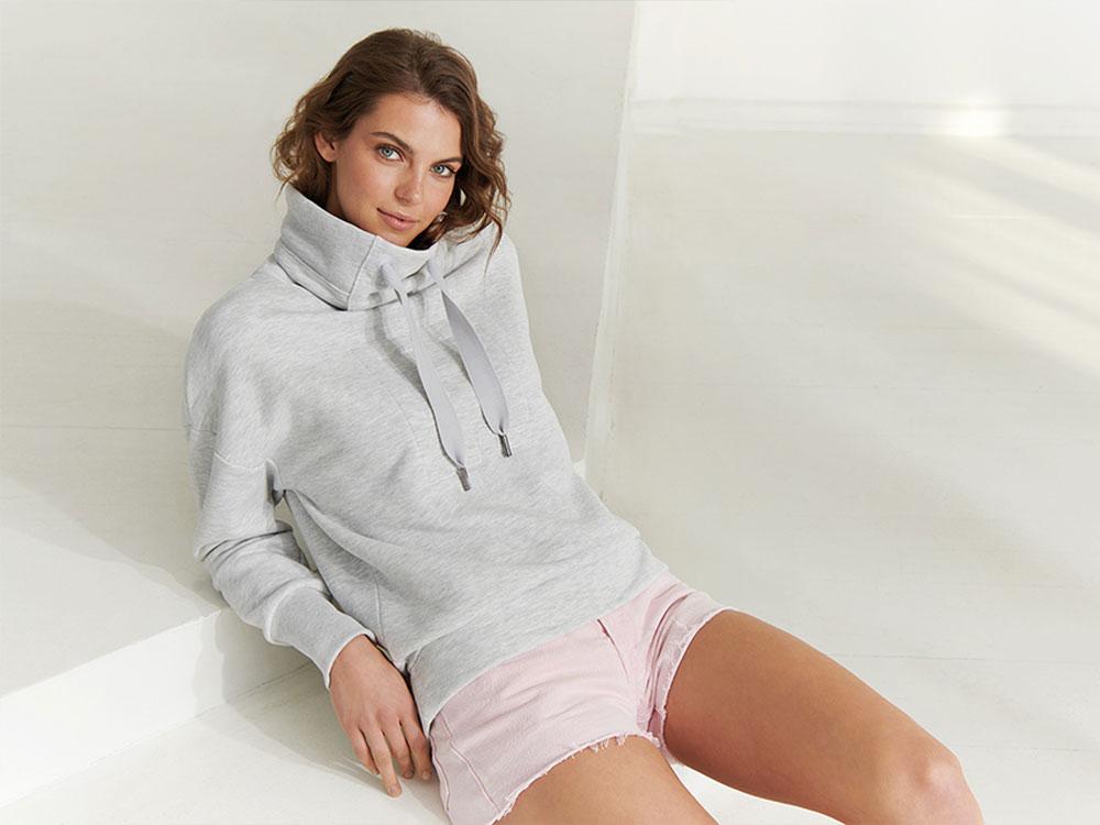 Elbsand ARNDIS – grau melange Sweatshirt mit hohem Kragen in legerem Schnitt. Raffinierte Rippdetails, lange Kordeln und erhabenen Logostick. Angenehm weiche Baumwollmischung.