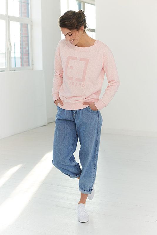 Elbsand FINNIA – Sweatshirt in rosé melange in lockeren Kasten Schnitt. Schöne Rippdetails am Ausschnitt und tonaler Logo Flockprint. Angenehm weiche Baumwollmischung.