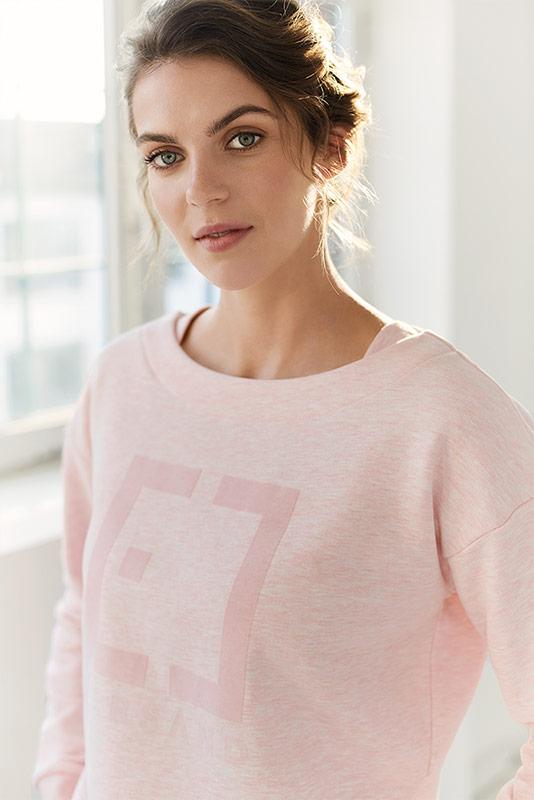 Elbsand INGRA – langarm T-Shirt in rosé mit großem tonalen Logoprint. Kastiger, legerer Schnitt, angenehm weiche Baumwollmischung.