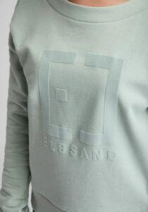 Elbsand FINNIA – lässiges Sweatshirt mit Boatneck in mint melange. Grosser Logo flockprint, kastiger Schnitt und angenehm weiche Baumwolle.