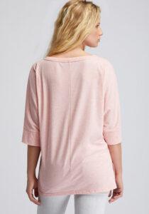 Elbsand IDUNA – T-Shirt in lachs mit ¾ Arm. Grosser leicht transparenter Logoprint. Oversize Schnitt, angenehm weiche Baumwollmischung.