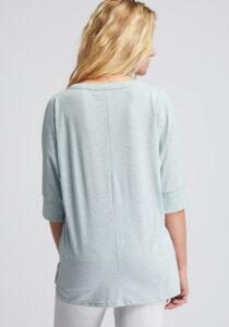 Elbsand IDUNA – T-Shirt in mint mit ¾ Arm. Grosser leicht transparenter Logoprint. Oversize Schnitt, angenehm weiche Baumwollmischung.