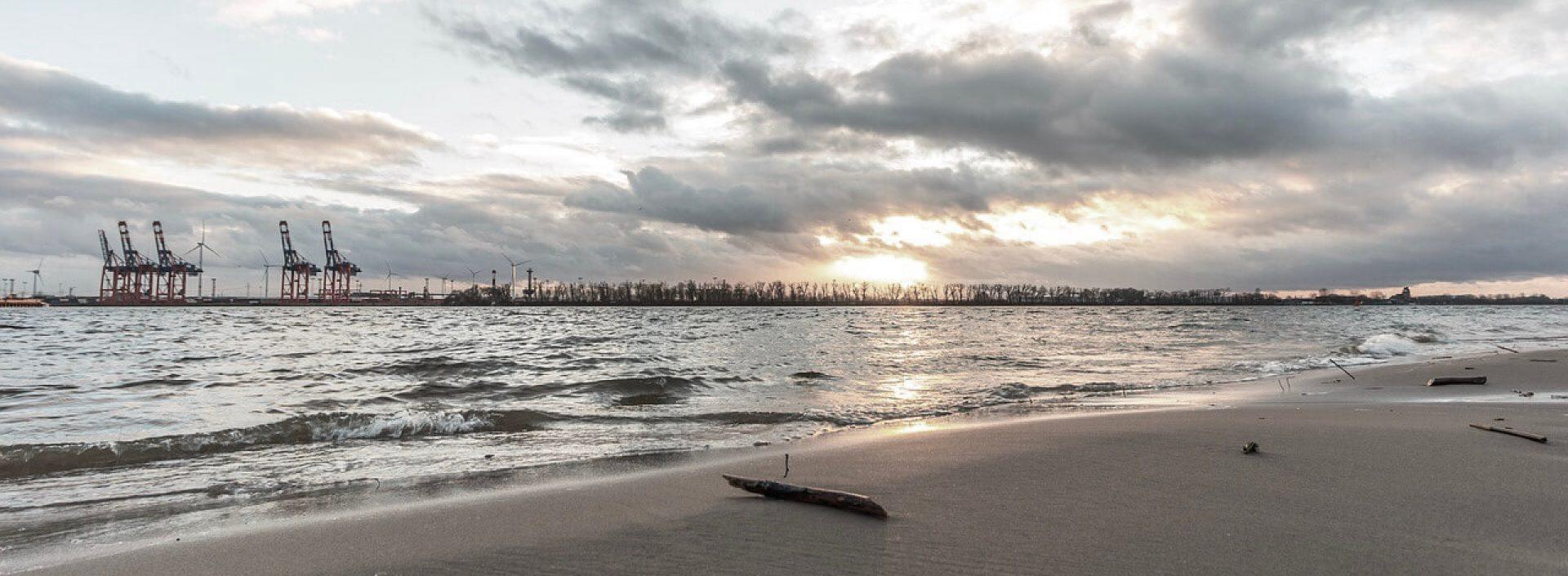 Elbsand – ein neues Modelabel aus Hamburg. Hier am Wasser entstehen unsere Ideen, und hat uns die Natur zu unserem Namen und besonderen Sandwash Finish inspiriert.