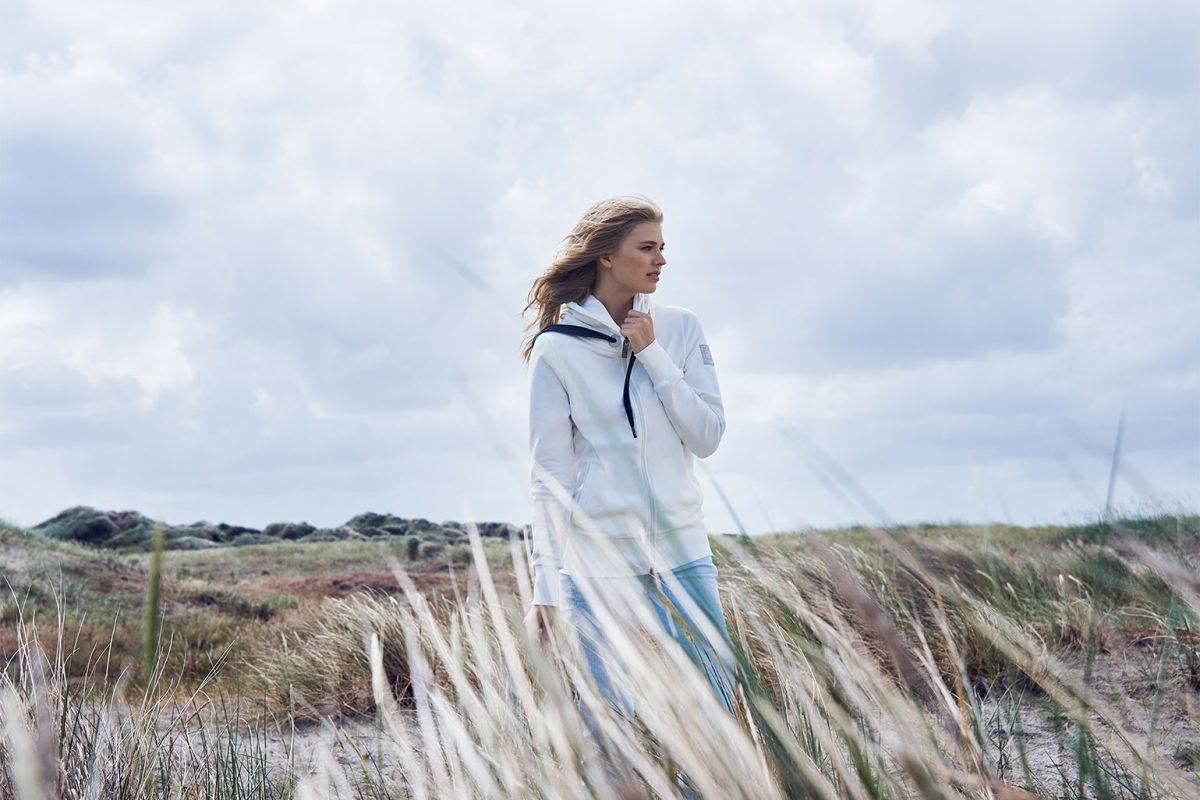 Elbsand KRIA – weiße Kapuzenjacke aus Sweatshirt Material in schmalem Schnitt und schönen Rippdetails in angenehm weicher Baumwolle.