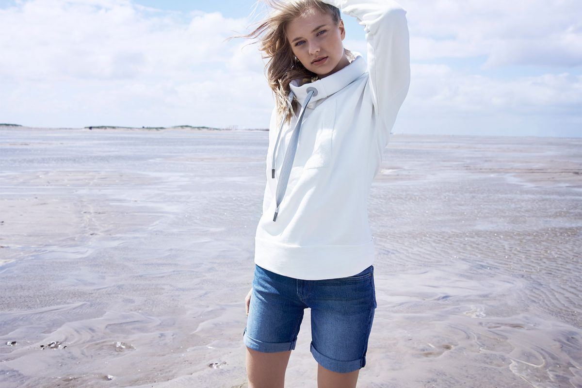 Elbsand ARNDIS – weißes Sweatshirt mit hohem Kragen in legerem Schnitt. Raffinierte Rippdetails, lange Kordeln und trendiger Chenille Logostick. Angenehm weiche Baumwollmischung.
