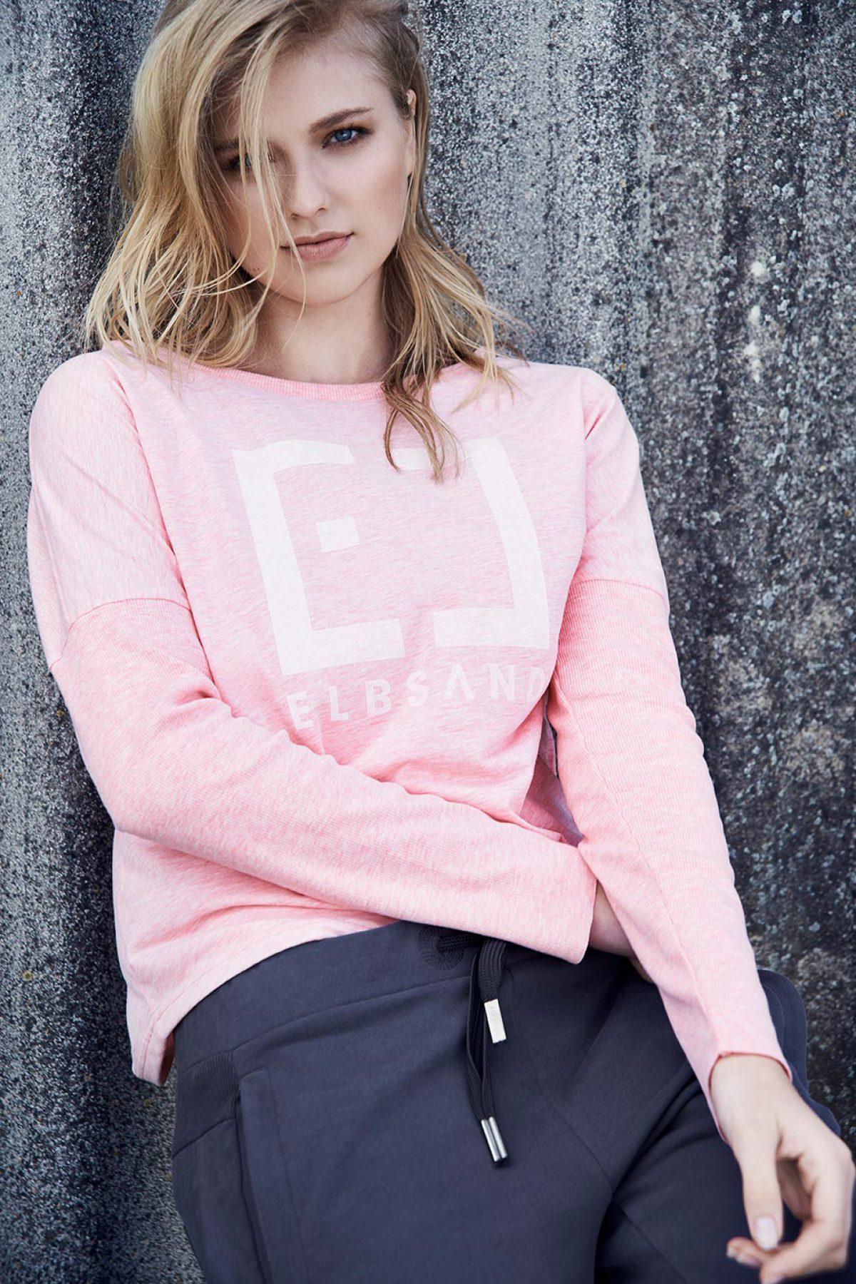 Elbsand INGRA – langarm T-Shirt in lachs mit großem tonalen Logoprint. Kastiger, legerer Schnitt, angenehm weiche Baumwollmischung.