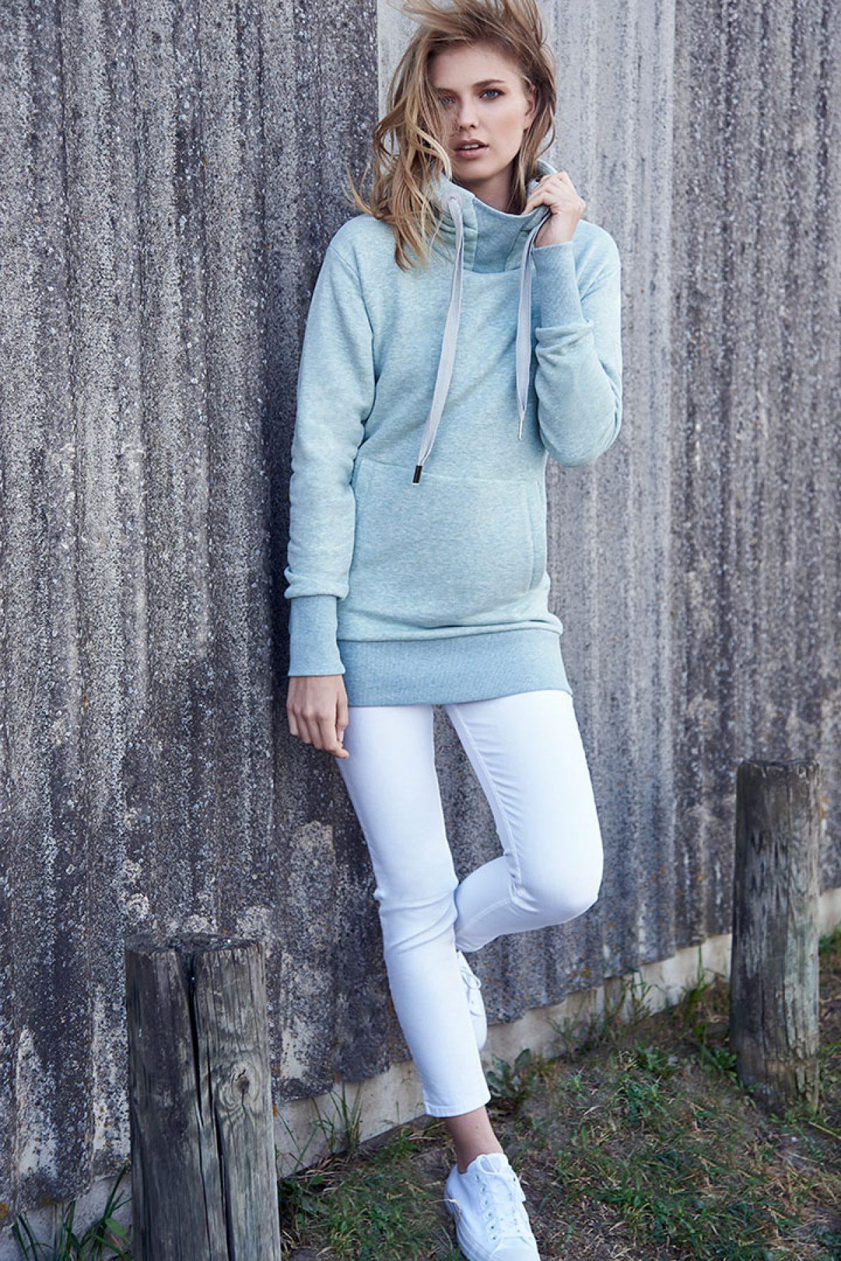 Elbsand ALBA – Kapuzensweatshirt in mint melange in extra langem, schmalen Schnitt. Schöne Rippdetails, Känguru-Tasche und lange Kordeln. Angenehm weiche Baumwollmischung.